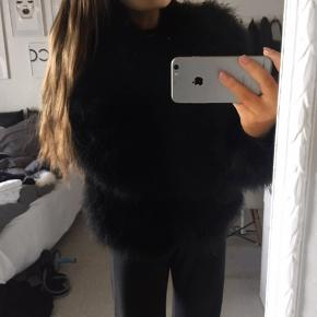 Sort pelsjakke fra Second Female Str. M, sælges da den er lidt for stor. Aldrig brugt!