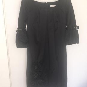 Varetype: Midi Farve: Sort  Super smuk kjole i det smukkeste stof Brugt en enkelt gang  til 40 års fødselsdag  Kjolen er helt alm i syr, jeg er en standard str 38/M   Nyprisen var 1900 Smid et realistisk bud Lynlås i ryggen