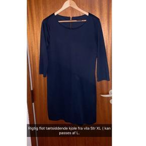 Tætsiddende flot mørkeblå kjole Str :Xl passes af L