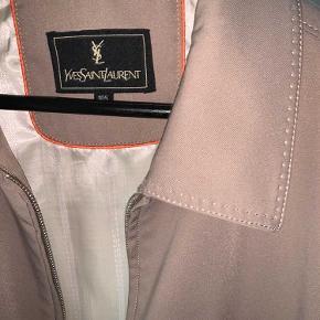 Sælger denne lækre jakke fra Ysl. Vintage ysl.  Perfekt som en overgangsjakke🙌🏽  Det er en str 105 M/L Condition: 8/10🤍🤍 byd!