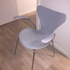 """En meget speciel og elsket 7er stol ✨ lysgrå farve, årgang 0565 ✨ Design af Arne Jacobsen for Fritz Hansen ✨ købt i en antikhandel ✨ meget lette skrammer trods alder✨ kan sagtens bruges, men er """"løs"""" i det (ikke brækket ryg) ✨ skriv for flere billeder, spørgsmål osv. ✨ BYD"""