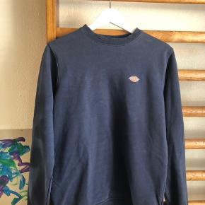 Sælger denne smukke dickies sweater, den er et køb her på trendsales, og efter hendes annonce var den brugt få gange og kostede 700 fra ny(:  Har ikke brugt den og sælger på af st den ikke lige var mig☺️  BYD endelig(: