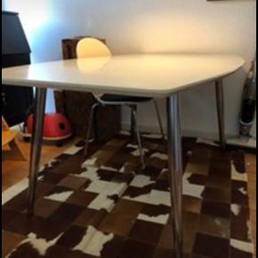 Stort Hvidt spisebord med stål ben, samt 2 tillægsplader.  Mål  Bredde fra 76-100cm  Længde 170 cm +  Tillægsplader 2x 50cm.  Højde 74cm.   Afhentes.  Brugt med få brugsmærker.