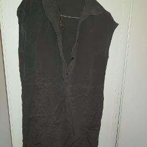 Super fin brun-sort tunika i silkelignende materiale fra Second Female. Meget fin stand. Fed over et par leggings.