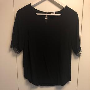 Fin sort bluse med blonde ærmer fra VERO MODA i str. M Aldrig brugt  BYD