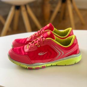 Pink/grønne sneaks - super flotte og gode at gå i. Ekstra snørebånd medfølger!  Det eneste slid de har, er lidt af sølvfarven der er slidt af, som man kan se på det sidste billede :)