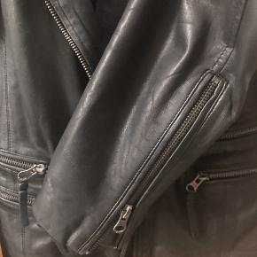 Læderjakke fra MDK kun brugt to gange og har ellers bare hængt i skabet – derfor i rigtig god stand.