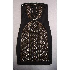 Three little words flot sort kort kjole med nitter - festkjole Sort lille kjole med sejt mønster af nitter  Elastik for oven, så den kan sidde fast. 64% viscose, 33% polyester, 3% elastane.  Der er lidt stræk i stoffet  To lags, så den ikke er gennemsigtig. Lynlås i ryggen  Størrelse M Bredde øverst i elastikken fra cm.31cm ikke udstrakt til ca.43cm Bredde ved talje ca.32cm til cm.36cm Længde ca.67cm fra nakke og ned.    * * * Se også mine andre annoncer * * *