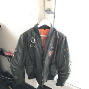 Mega fed bomber/pilot jakke købt i Sparkz.  Sælger denne jakke da jeg aldrig bruger den, og den er DSV for stor til mig. Overgangs jakke da den er varm nok Brugt meget få gange, fejler intet. Cond: 9/10 BYD endelig:)