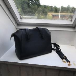 Smuk rumlig taske fra Depeche sort læder i rigtig fin stand brugt meget lidt målene er: L 34 H 27 B 19 cm. Kan fint bruges til arbejde eller skole der er plads til det hele.