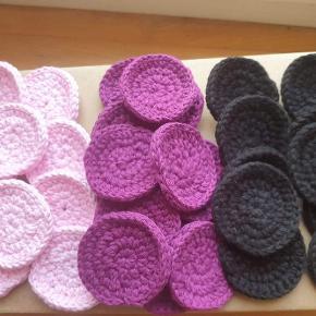 Hæklede tykke rondeller i bomuldsgarn. 2 kr pr stk. Kan også gerne lave nogle i den farve du ønsker.  Kryds over de udsolgt