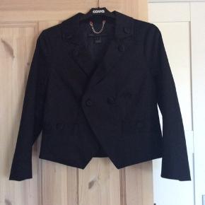 Super feminin lille sort jakke, som er købt i Paris for 2500 - der står str 6 i, det vil jeg mene svare til str xs/s.  Den er ikke meget brugt, fremstår som ny