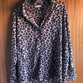Leopardskjorte fra Envii med high-low facon. Er blevet brugt og vasket én gang. Fremstår som ny! 🐆🧡