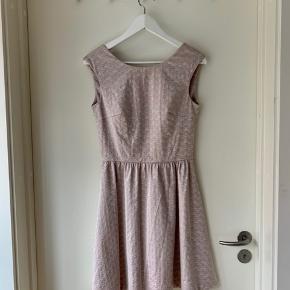 Formsyet kjole i A-form med let metalliske nuancer. Super god til barnedåb, konfirmationer, konferencer eller lignende.