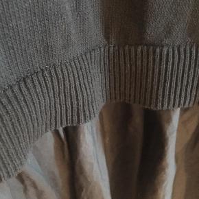 Smuk COS kjole i strik med skørt i bunden. Virkelig lækker at have på. Kradser eller klør på ingen måde.