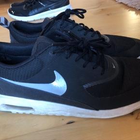 Nike Air Max Thea sorte str. 40 1/2. De har været brugt, se billeder. Noget slitage ses derfor som følge af brug. Der er slitage ved hælen på indersiden, der er gået hul på stoffet. Jeg har forsøgt at tage billede. Sælges derfor billigt. Np. 1000,-  Se mine andre annoncer, har flere sko og støvler til salg.   #30dayssellout   100,- + fragt. Sender med Dao via Trendsales kr. 37,-  📦 Bytter ikke. BYD gerne 💸 Giver mængderabat 🌸