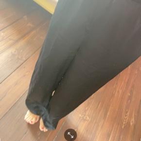 Super smukke silke bukser.   Det er en xs/s. Jeg er 157 cm og det er mig der har dem på, på billedet.   Mp 200 pp og evt gebyr  Jeg bytter ikke.