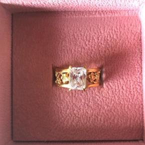 Smuk og unik ring fra Carré i str. 49 med stor hvid topas. Er stemplet 925 - Carré. Netop blevet forgyldt og har ligget opbevaret i æsken siden. Har fået den i gave og har derfor ingen kvittering. Designet er udgået. Ny prisen var omkring 800 kr - nuværende bud er 450 plus Porto 😊