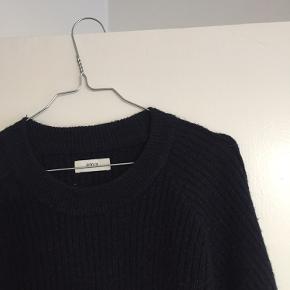 Den cool sweater med det ekstra touch i bunden. Sweateren er blevet brugt i en periode, men der er ingen tegn på slid. Den er varm og rar, og er god til den kommende vinter ❄️