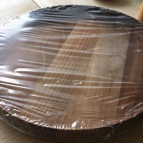 Smuk træbakke sælges da jeg har to, den er helt ny og ubrugt. Valnød - diameter 37 cm