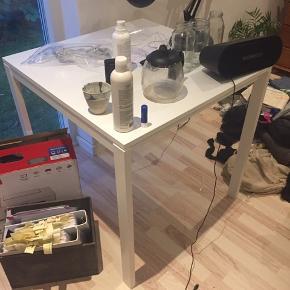 IKEA bord sælges (uden det på toppen, hæhæ). Få skræmmer