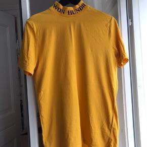 Klassisk T-shirt fra Wonhundred, lynlås i halsen.   Str. xs/s (fitter også M)