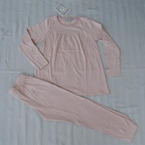 Varetype: *NYT* Nattøj Str. 122 Farve: Rosa  Lækkert sæt nattøj i økologisk bomuld fra Wheat. Det har aldrig været brugt - mærket sidder stadig i.  Bud fra 150 kr. pp.  Jeg bytter ikke, men handler gerne via Mobilepay :-)