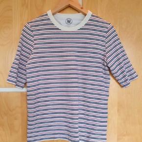 Sælger denne trøje fra Wood Wood. Blusen fejler ikke noget, men den har alm. tegn på at være blevet brugt. Trøjen er en smule oversized.