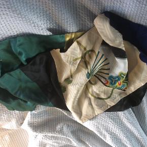 Tørklæde fra Silken Fanø, dobbelt i blåt, grønt gult og sort fed lækker silke med et flot beige  silkestykke med smukt broget mønster med guld.måler 150 x 30 pris + porto