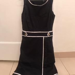 En enkelt flot kjole fra Tommy Hilfiger. Står som ny.