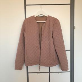 Sælger denne fine jakke/cardigan fra Modström. Brugt få gange. Den er i det lækreste stof og har den blødeste foring. Let vatteret foring.   Mærke: Modström  Str.: M  Farve: Gammelrosa Nypris: Mener det var omkring 1000 kr.