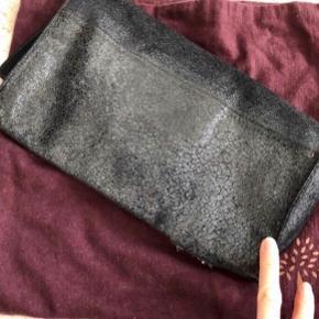Mulberry clutch, model Ava, købt 2008, nypris 5210,- Godt brugt og lille hul i bunden der kan sys ved skrædder, pris herefter. 💗  Kan ses eller Hentes på Islands Brygge ✨