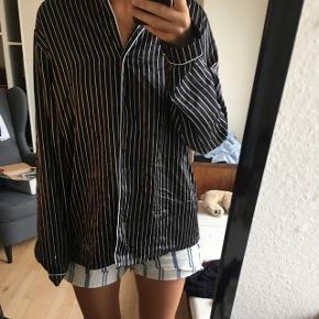 Lækker sort skjorte i 100% polyester