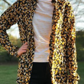 Skjorte fra Moss Copenhagen i str. xs. Den er stor i størrelsen og kan derfor nemt passes af en s også.