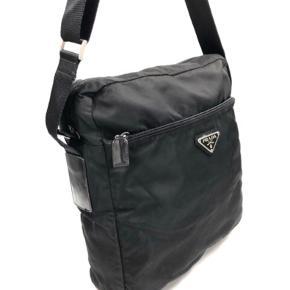 Rigtig fin Prada taske, den er købt igennem Christian Ho.  Har haft en den i kort tid men bruger den ikke nok så håber den kan få en ny ejer der kan bruge den
