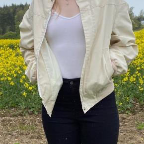 Knækket hvid bomberjacket                                     💛💛💛 Jeg har netop ryddet ud/op i alt familiens tøj, derfor har jeg en del til salg. Jeg skal af med det hele, derfor er priserne billige! Kig meget gerne mit andet tøj igennem.         💛  Jeg giver gode mængderabatter!         Jo mere du køber, jo billigere bliver det!