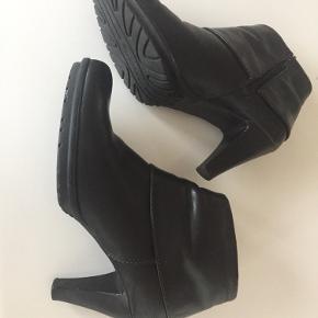 Lækre støvler i skind med logo på skaft