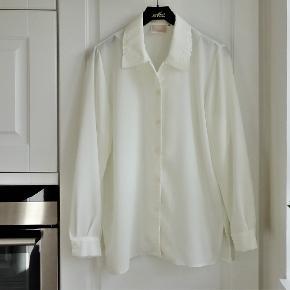 Skjorte, Aretex, str. 36, Hvid, 100 % polyester, Ubrugt  Super flot råhvid skjorte i 100 % polyester med mønter på kraven  Sender gerne hvis køber betaler fragt 37 kr