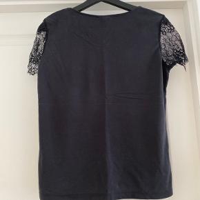 Smuk og elegant blød tshirt fra selected femme.  Sort blonde foran og på ærmerne.  71% modal 29% polyester