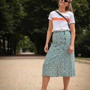 Smuk nederdel med slids i viskose Str 38 Næsten ikke brugt