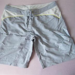 Brand: Decathlon Varetype: badeshorts Farve: Lyseblå Oprindelig købspris: 150 kr.  Super fede badeshorts i lyseblå, grå og gule