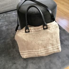 Sælger denne taske fra Massimo Dutti. Den er lavet af hør og har bomulds foer, og har sort skind. Tasken har en lang rem, så tasken kan bruges crossbody, men denne rem kan også sagtens tages af☺️