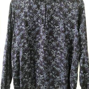 Fin munthe bluse, i mørk lilla med blå og sorte detaljer.  Flere billeder og mål kan sendes ved interesse