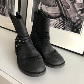 Sælger disse fine støvler fra ukendt mærke ✨ str. 38. Pris her er ekskl. Fragt eller ved afhentning