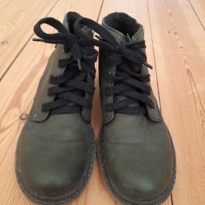 Dejlige støvler med foer og rågummisål. Desværre købt lidt for små. Har kun været på enkelte gange.