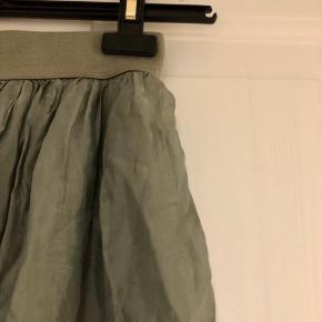 Højtaljet nederdel med elastik i taljen, som giver den en flot pasform. Onesize så passer en XS-M ca.   Mærke: Alexandre Laurent