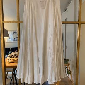 Lang fin nederdel. Aldrig brugt. Har en lille sort plet i toppen af remmen - kan ikke ses🌼