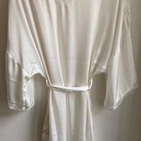 Yndig hvid kåbe fra Change med smukke detaljer.  Byd gerne!