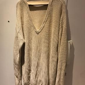 Tenna Sweater. 75% bomull, 25% lin. Løs passform, men V-utskjæring bak.  Super deilig og myk. Bruker den som en oversized trøje, eller som en kjole med leggings under.