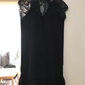 Super flot kjole med blonder. Kun brugt en gang til en 80 års fødselsdag. Kom endelig med bud 😊